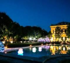 Villa Lo Zerbino vista panoramica evento serale piscina con luci sferiche colorate facciata illuminata