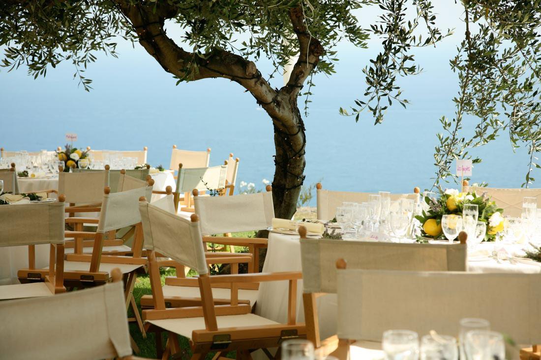 Eremo di Monterosso matrimonio elegante vista panoramica del giardino allestito con tavoli con centrotavola con limoni