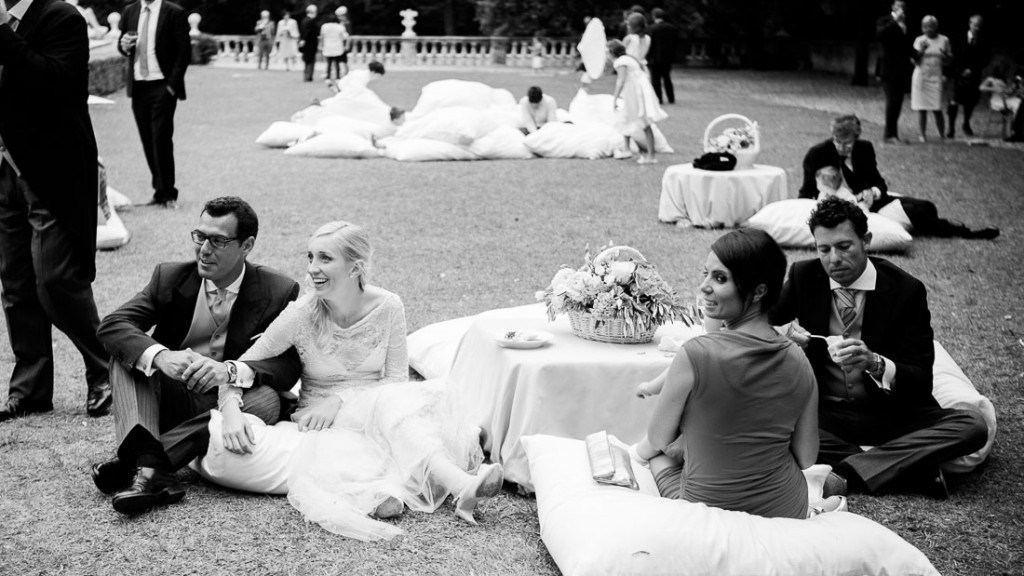 Villa Lo Zerbino matrimonio estivo all'aperto giardino allestito con tavolini bassi e cuscini centrotavola con fiori