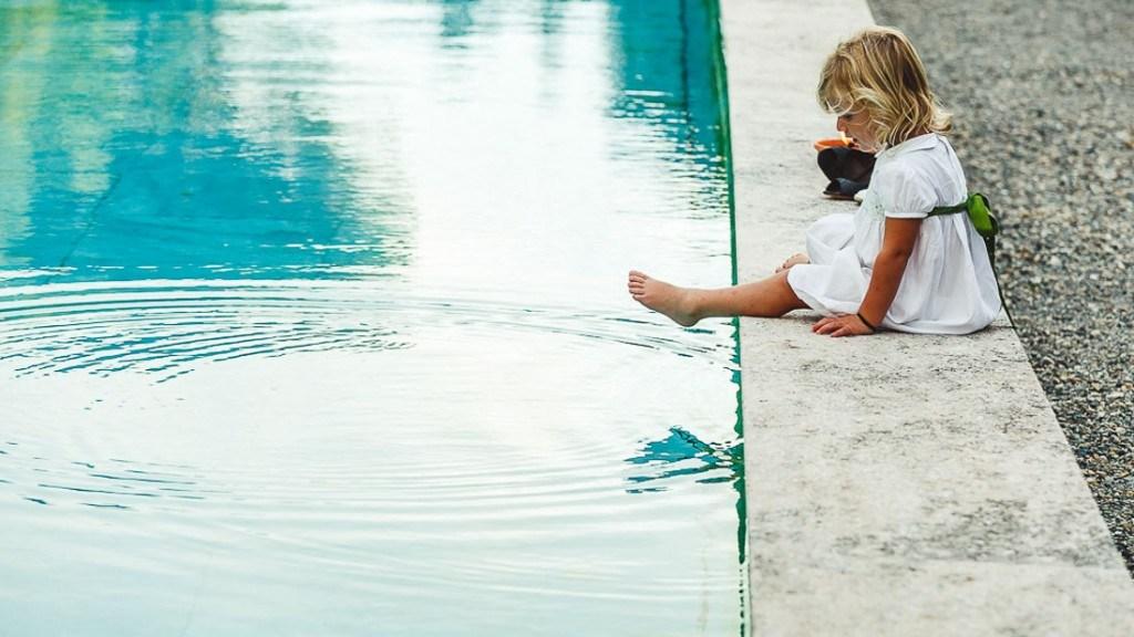 Villa Lo Zerbino matrimonio elegante baby ospite bordo piscina con vestito bianco e verde
