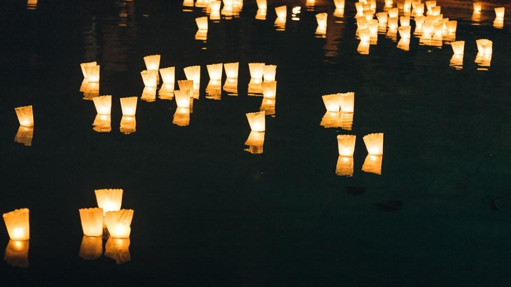 Villa Lo Zerbino matrimonio estivo all'aperto particolare notturno della piscina illuminata con candele galleggianti
