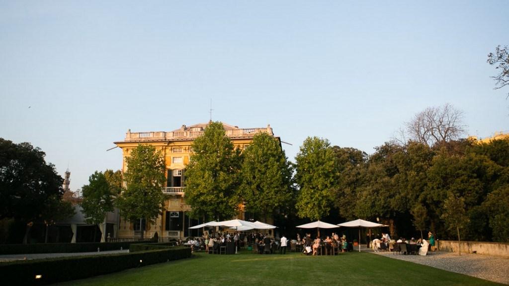 Villa Lo Zerbino cocktail all'aperto giardino allestito con ombrelloni e tavoli