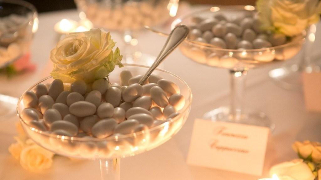 Villa Lo Zerbino matrimonio elegante tavolo della confettata decorato con rose bianche e candele