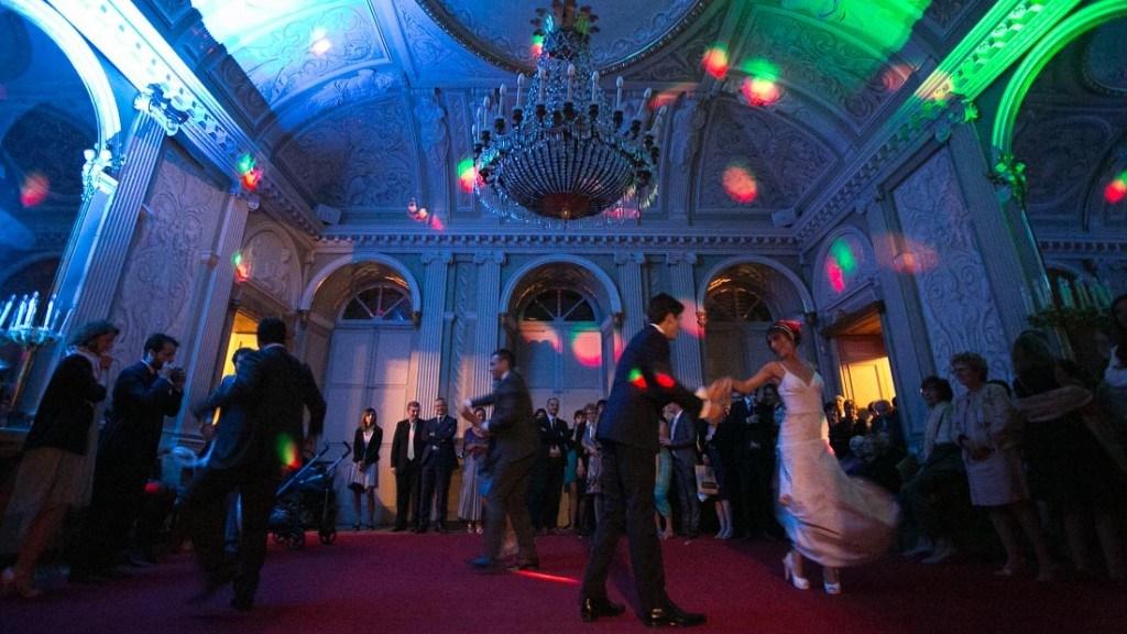 Villa Lo Zerbino matrimonio elegante all'interno nella sala principale al piano terra luci colorate