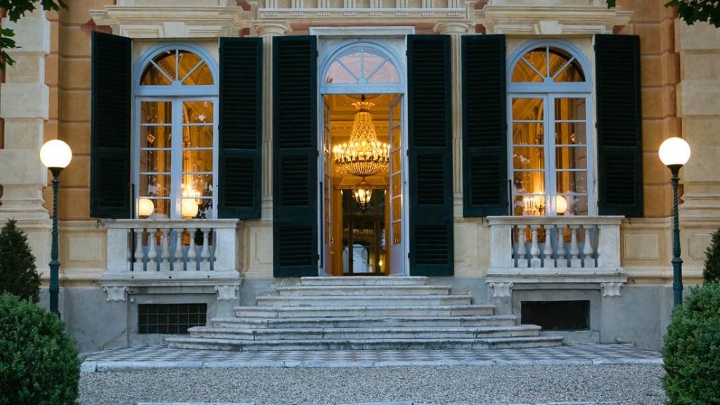 Villa Lo Zerbino vista dell'interno lampadario illuminato e luci interne