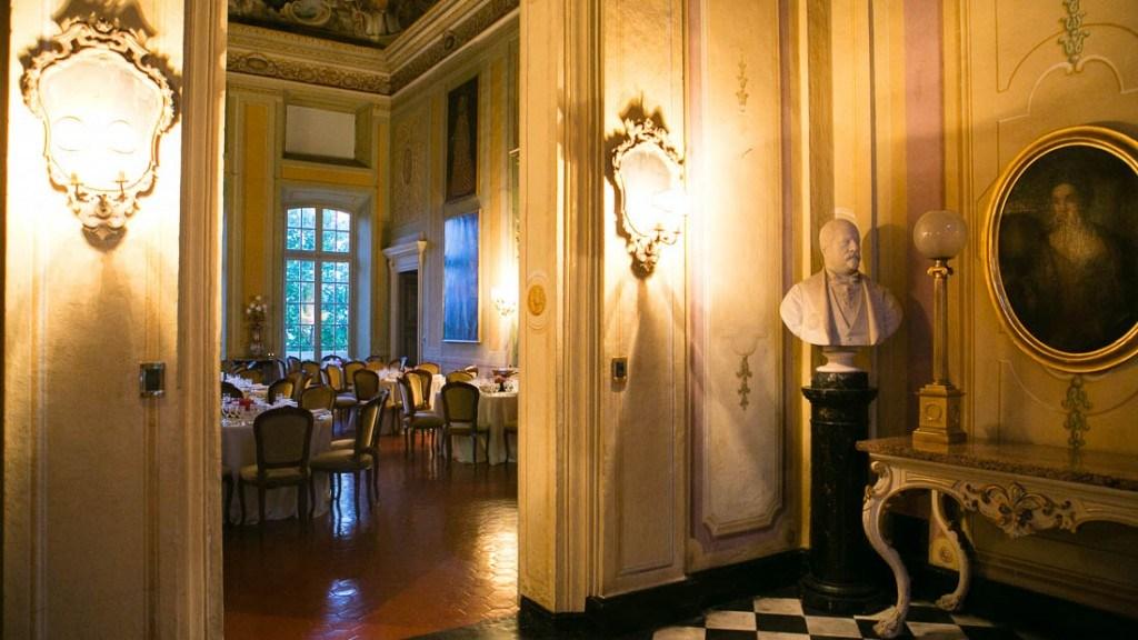 Villa Lo Zerbino matrimonio all'interno cena allestita al piano nobile tavoli con tovaglia bianca e sedie in velluto