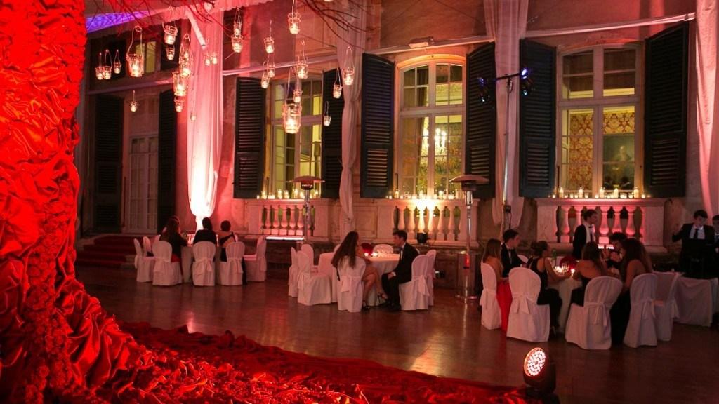 Villa Lo Zerbino tensostruttura allestita per evento aziendale di Natale con albero decorato e con luci rosse