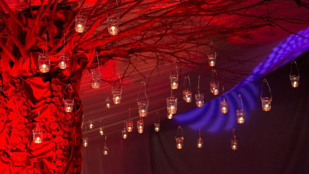 Villa Lo Zerbino tensostruttura allestita per evento aziendale al chiuso con albero decorato e con luci rosse e blu