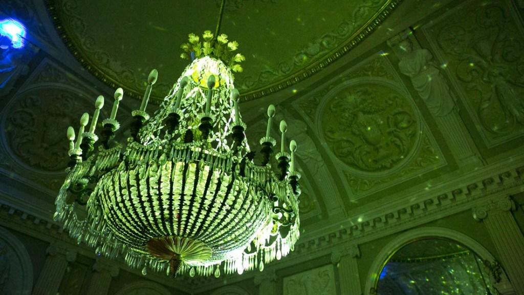 Villa Lo Zerbino vista della sala interna al piano terra particolare del lampadario illuminato con luci