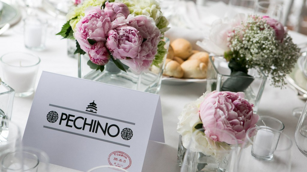 Villa Lo Zerbino matrimonio particolare della tovaglia bianca e centrotavola con fiori bianchi e rosa candele bianche