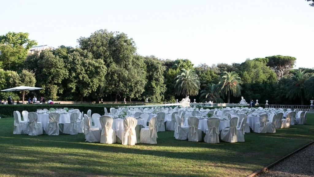 Villa Lo Zerbino matrimonio elegante pranzo all'aperto giardino allestito con tavoli e sedie in bianco