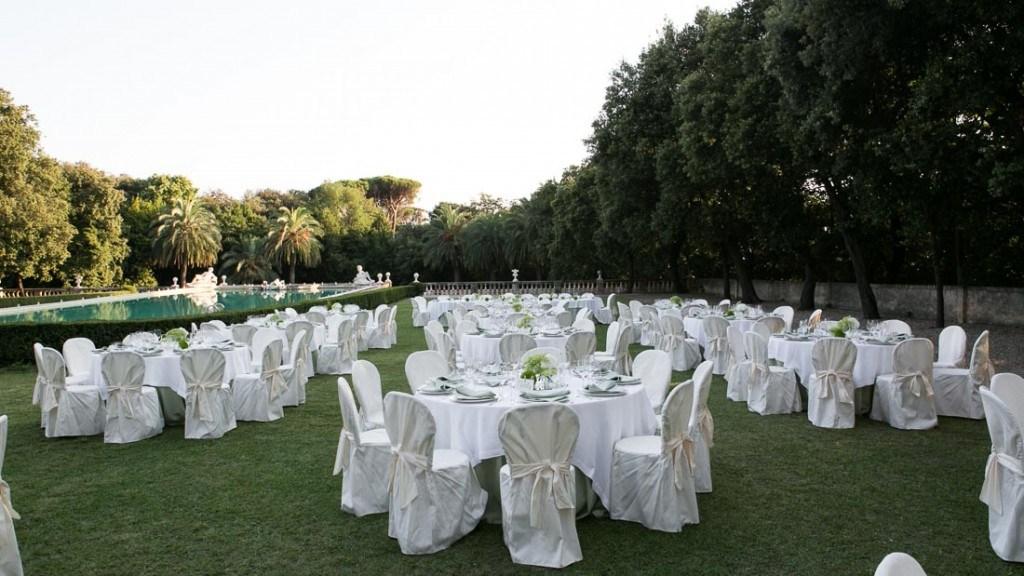 Villa Lo Zerbino matrimonio elegante all'aperto giardino allestito con tavoli e sedie in bianco centrotavola con fiori bianchi e verdi