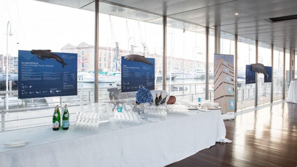 Acquario di Genova evento aziendale tavolo dell'aperitivo allestito con tovaglia bianca e con bicchieri e bottiglie