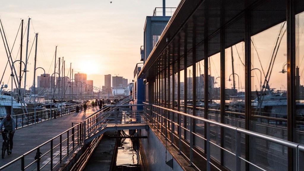Acquario di Genova evento aziendale serale vista panoramica del passaggio vetrato e del porto