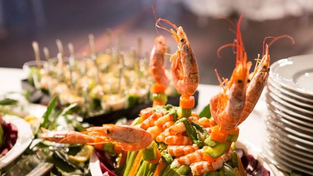 Acquario di Genova aperitivo aziendale tavolo allestito per il buffet di pesce equosolidale