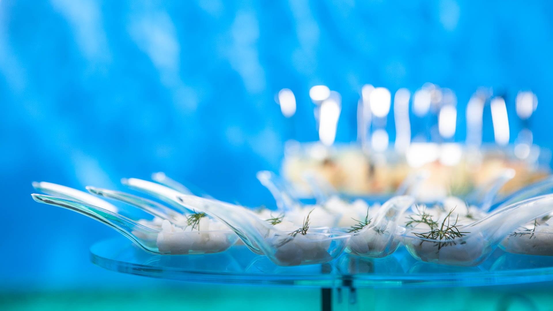 Acquario di Genova evento aziendale tavolo allestito per buffet dell'aperitivo vista del cucchiaino con pesce ecostenibile