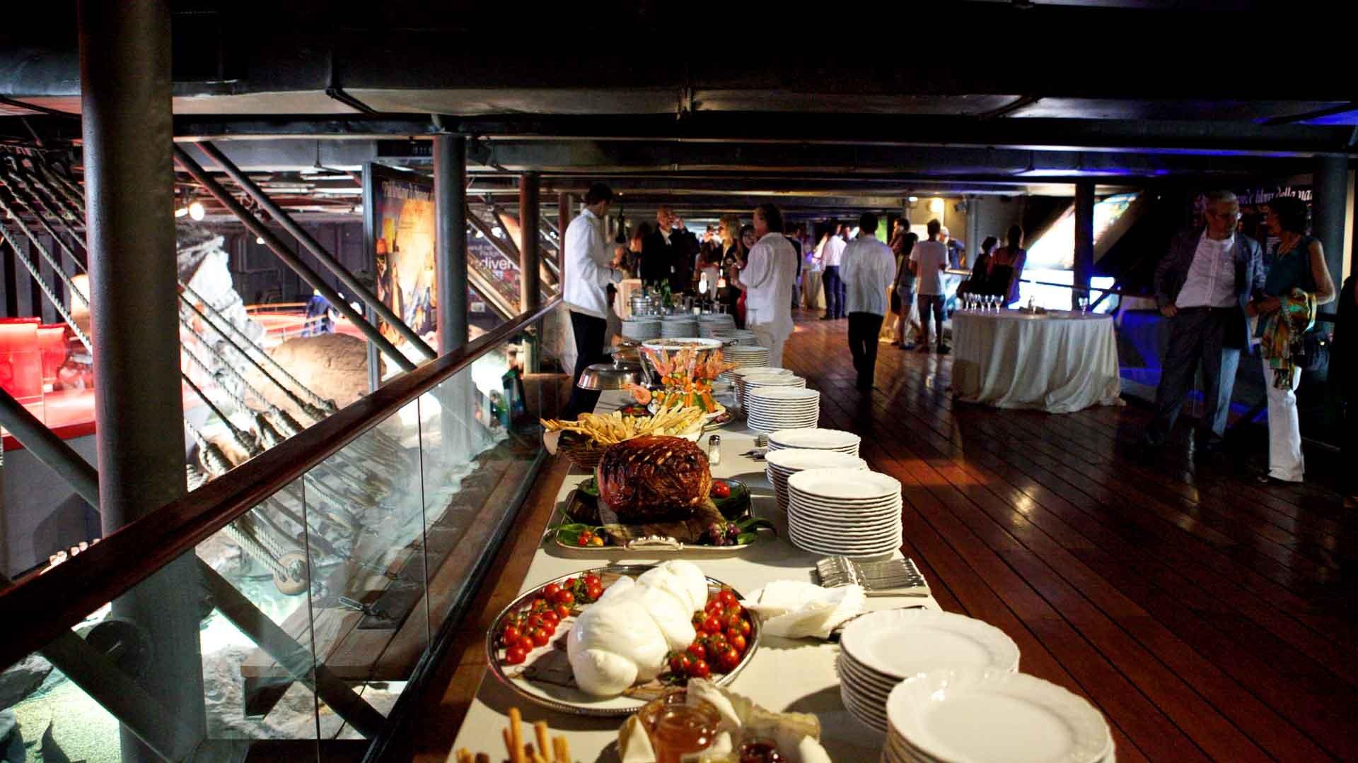 Acquario di Genova allestito per evento aziendale con tavoli per il buffet
