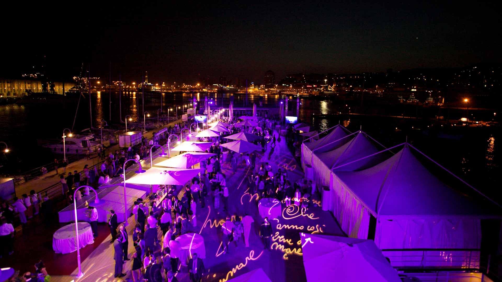 Acquario di Genova vista panoramica della tonda allestita per evento aziendale all'aperto con tensostrutture ombrelloni e tavoli