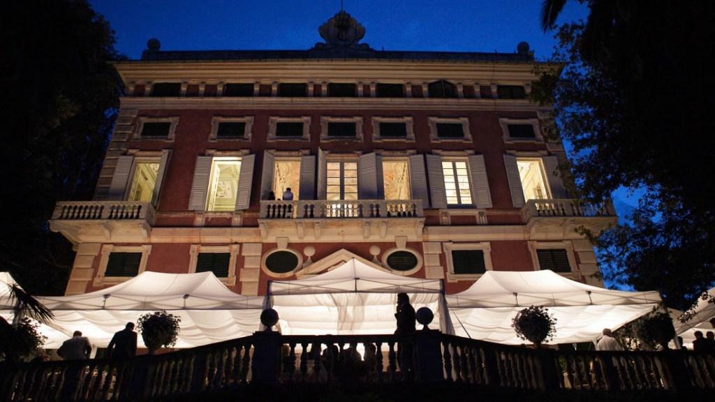 Villa Durazzo evento all'aperto vista notturna della facciata illuminata con tensostruttura in giardino illuminata ed allestita