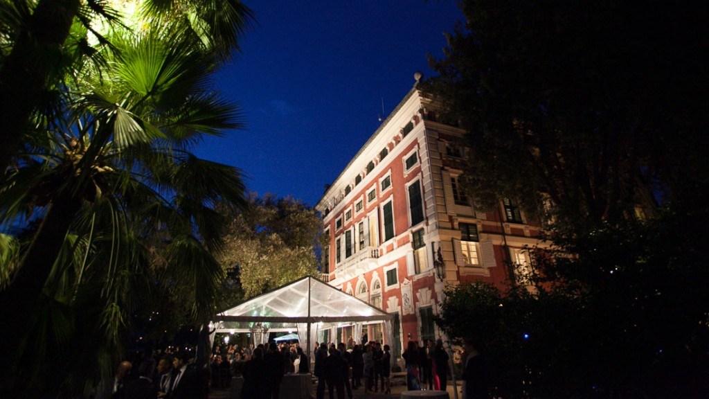 Villa Durazzo matrimonio all'aperto vista dal giardino con palme illuminate della tensostruttura allestita ed illuminata per la cena
