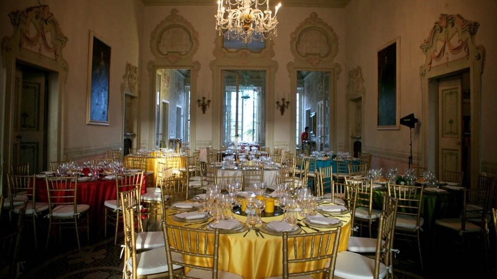 Villa Durazzo matrimonio sala primo piano allestita con tavoli preparati per il pranzo con tovaglie colorate gialle rosse bianche e color tiffany
