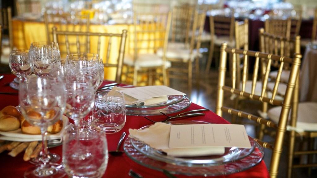 Villa Durazzo matrimonio elegante tavoli colorati tovaglia rossa con piatti trasparenti