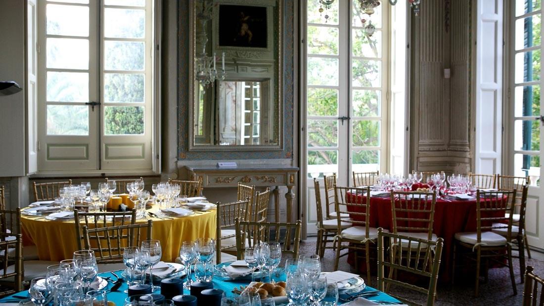 Villa Durazzo matrimonio tavoli allestiti per il pranzo con colori diversi tovaglie colorate