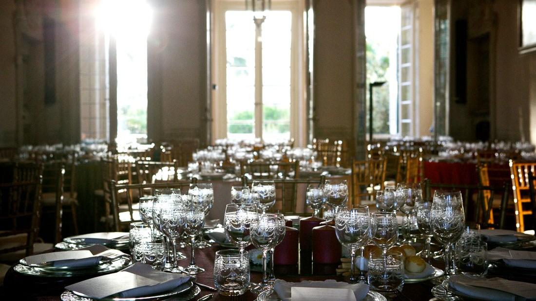 Villa Durazzo matrimonio elegante sala con tavoli allestiti per la cena