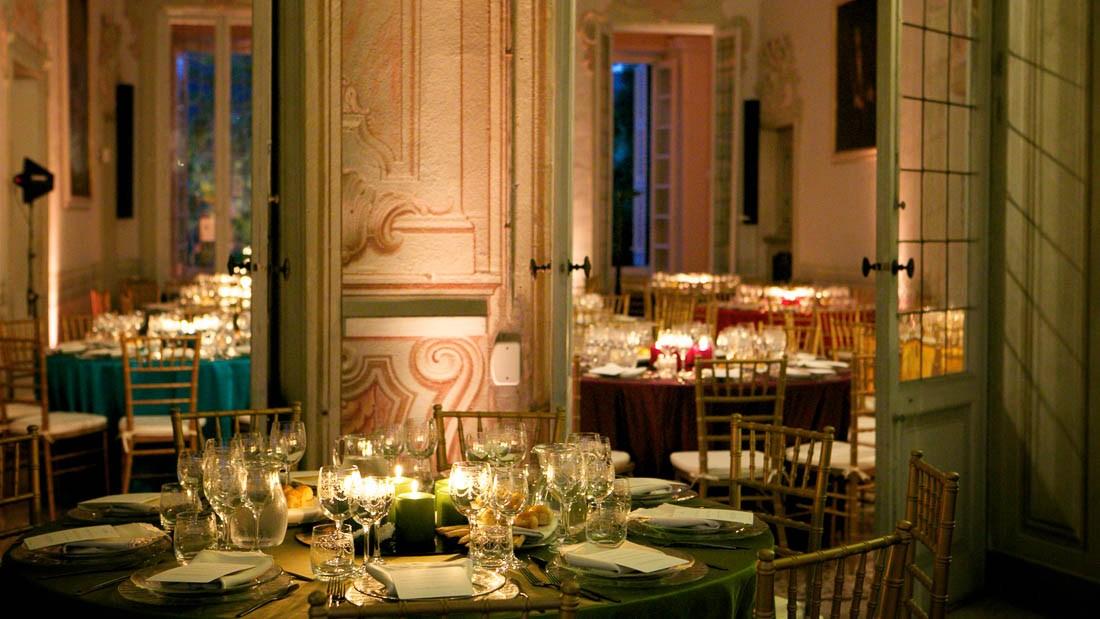 Villa Durazzo matrimonio elegante sala allestita per la cena con tavoli allestiti e centro tavola con candele accese
