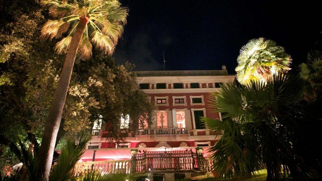 Villa Durazzo vista della facciata illuminata dal giardino con palme illuminate