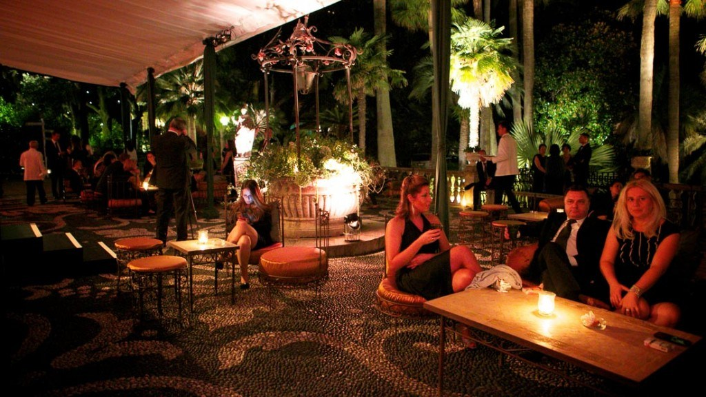 Villa Durazzo evento estivo all'aperto vista notturna del giardino illuminato allestito con tavoli con candele centrotavola