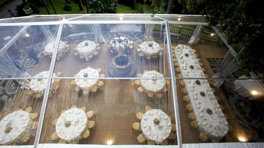Villa Durazzo Villa Durazzo matrimonio vista dall'alto della tensostruttura allestita dal pozzo con tavoli tondi e unico tavolo con tovaglie bianche