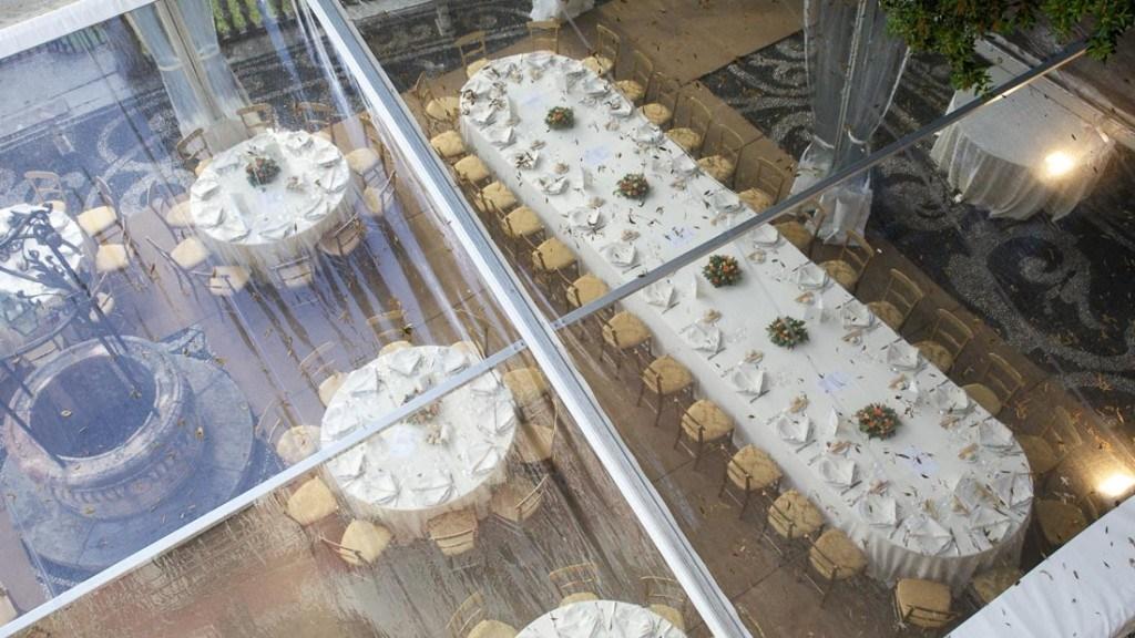 Villa Durazzo matrimonio vista dall'alto della tensostruttura allestita con tavoli tondi e unico tavolo con tovaglie bianche