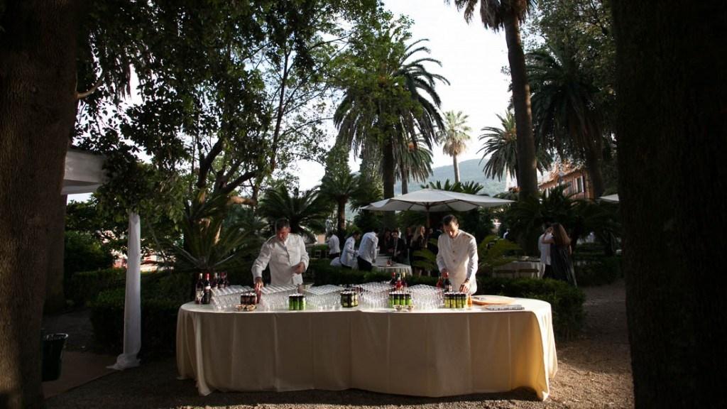 Villa Durazzo matrimonio estivo all'aperto aperitivo allestito in giardino con tavoli ed ombrelloni
