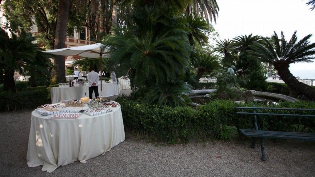 Villa Durazzo matrimonio estivo aperitivo allestito nel giardino all'italiana con tavoli per il buffet e tavolo dei cockatails