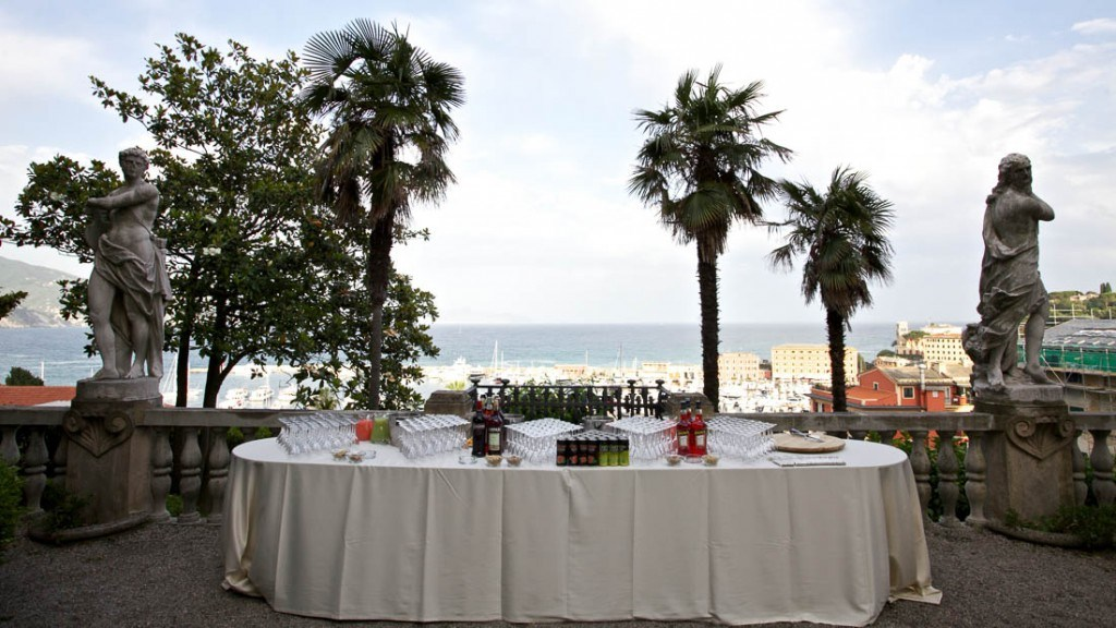 Villa Durazzo matrimonio all'aperto aperitivo in giardino allestito tavolo dei cocktails fronte mare