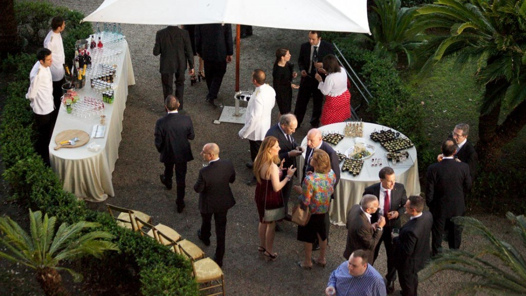 Villa Durazzo matrimonio estivo all'aperto in giardino allestito con tavolo dei cocktails e tavolo del buffet