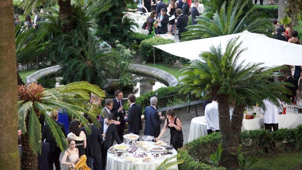 Villa Durazzo matrimonio elegante all'aperto vista giardino all'italiana allestito per l'aperitivo con tavoli per il buffet ed ombrelloni