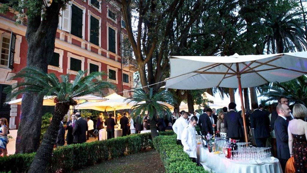 Villa Durazzo matrimonio elegante all'aperto vista del giardino allestito con tavoli per l'aperitivo e ombrelloni