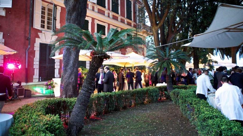 Villa Durazzo matrimonio all'aperto momento aperitivo in giardino allestito con ombrelloni e tavoli