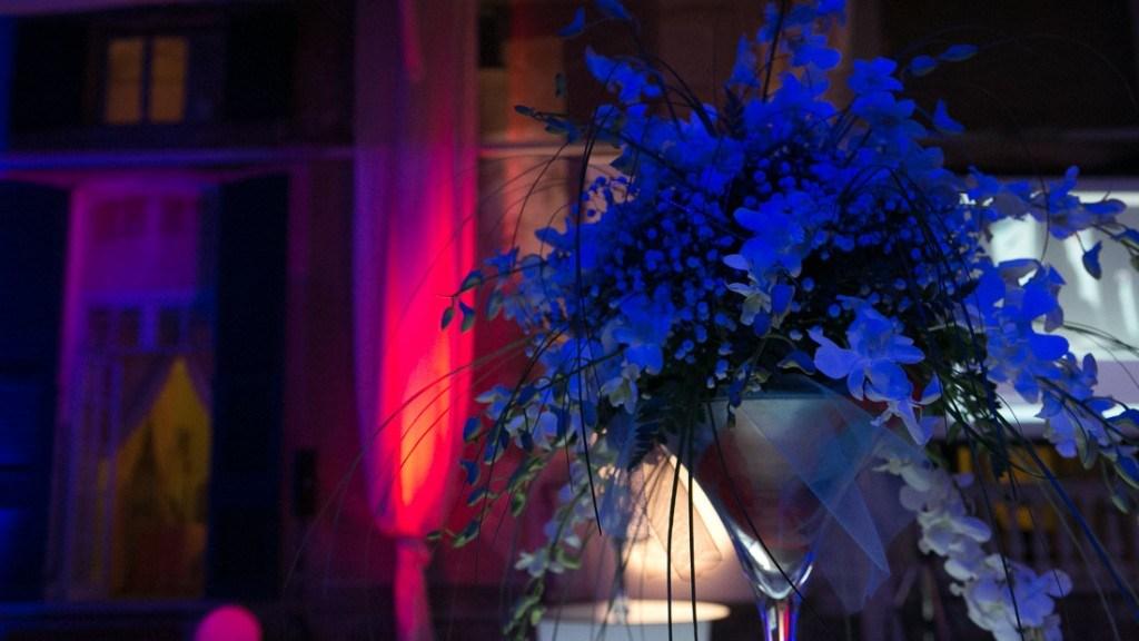 Villa Lo Zerbino evento aziendale al chiuso nella tensostruttura allestirà con colori rosso e blu particolare vaso sul bancone del bar