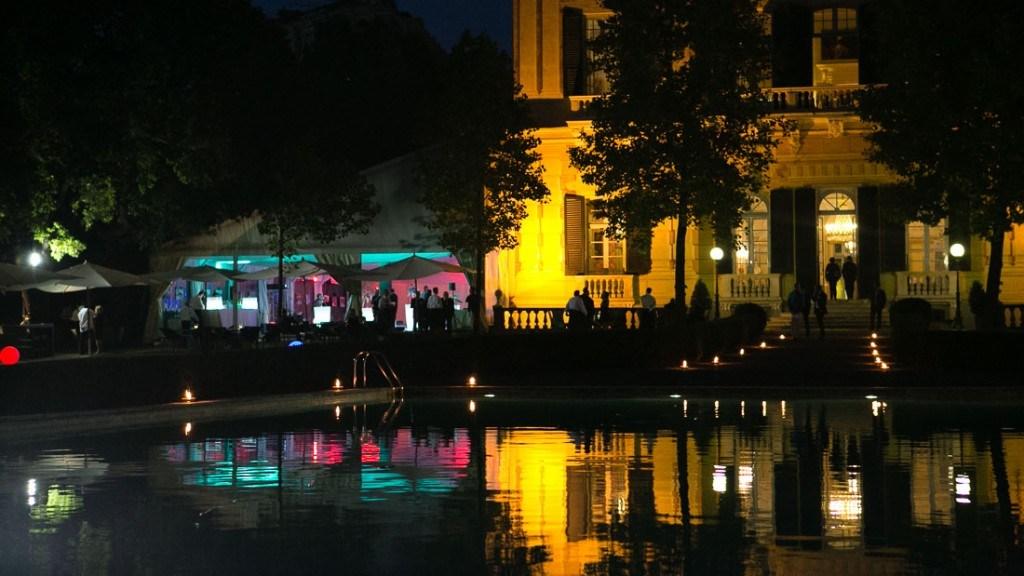 Villa Lo Zerbino evento aziendale all'aperto in giardino illuminato con candele sulla scala per andare all'interno e intorno alla piscina