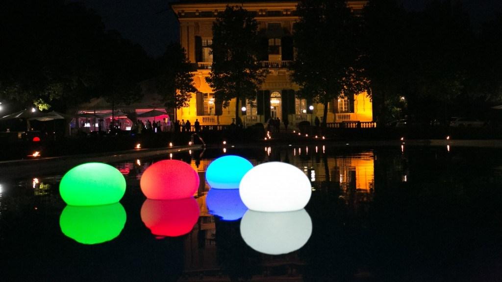 Villa Lo Zerbino vista della piscina illuminata allestita per evento aziendale con luci galleggianti a sfera colorate
