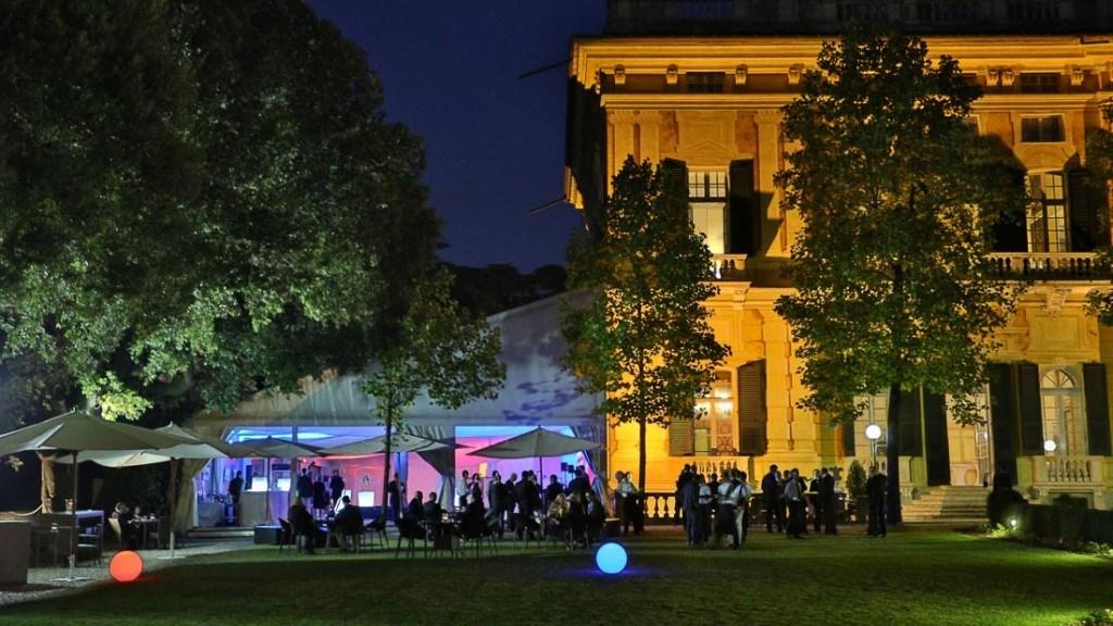 Villa Lo Zerbino evento aziendale all'aperto in giardino con tavoli e luci colorate a sfera in giardino
