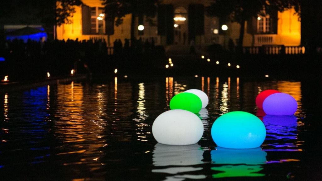 Villa Lo Zerbino vista della piscina illuminata allestita per evento aziendale con luci galleggianti colorate