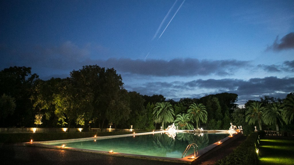 Villa Lo Zerbino vista panoramica notturna della piscina illuminata e giardino illuminato