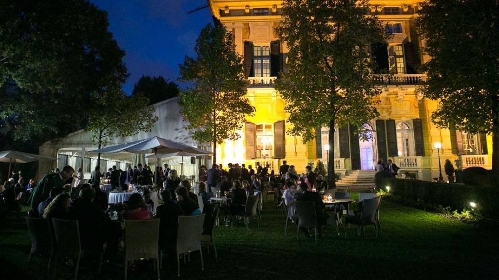 Villa Lo Zerbino aperitivo aziendale all'aperto in giardino allestito con tavoli e centrotavola con candele