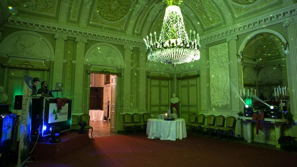 Villa Lo Zerbino sala interna al piano terra allestita per evento aziendale di Natale con luci e fiocchi rossi postazione dj
