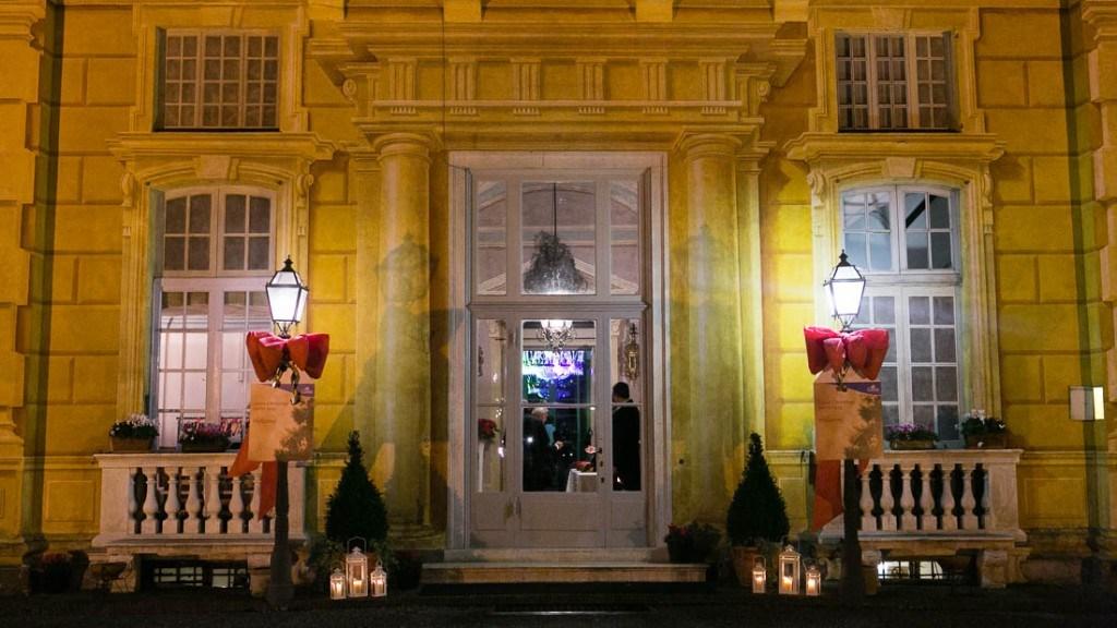 Villa Lo Zerbino ingresso esterno allestito per evento aziendale di Natale fiocchi rossi lanterna e piccoli alberi di natale