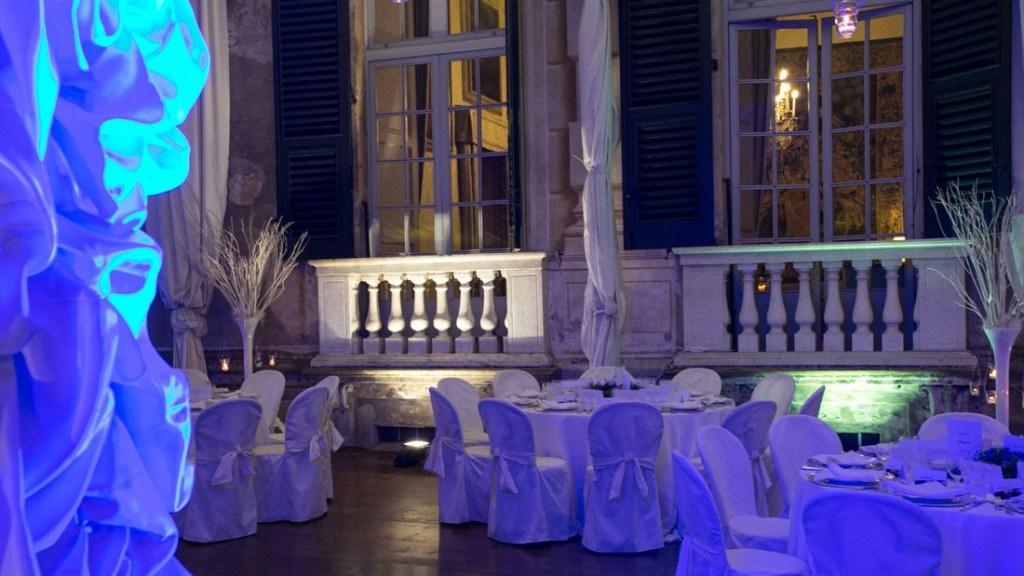 Villa Lo Zerbino cena aziendale nella tensostruttura allestita con tovaglie bianche e luci sul blu